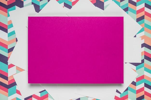 Cartão roxo em fundo colorido