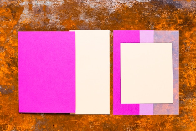 Cartão roxo na mesa de madeira