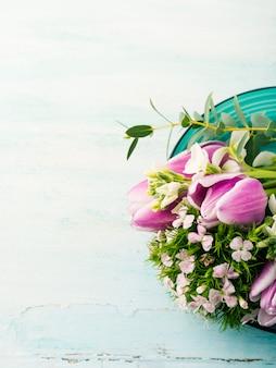 Cartão roxo vazio flores tulipas rosas primavera cores pastel