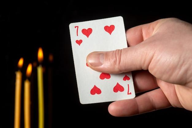 Cartão sete nas mãos de uma cartomante
