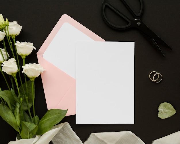 Cartão vazio com buquê de rosa