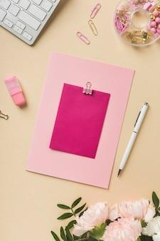 Cartão vazio com caneta