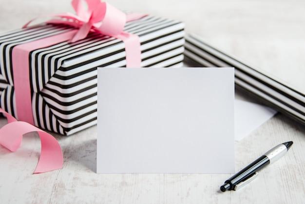 Cartão vazio com uma caneta