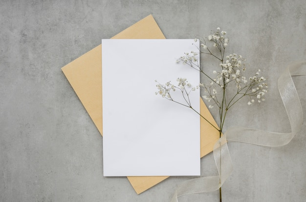 Cartão vazio com vista superior da flor
