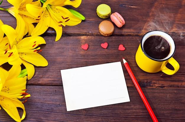Cartão vazio e uma xícara de café em uma caneca amarela