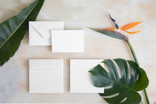 Cartão vazio, envelope na mesa de mármore.
