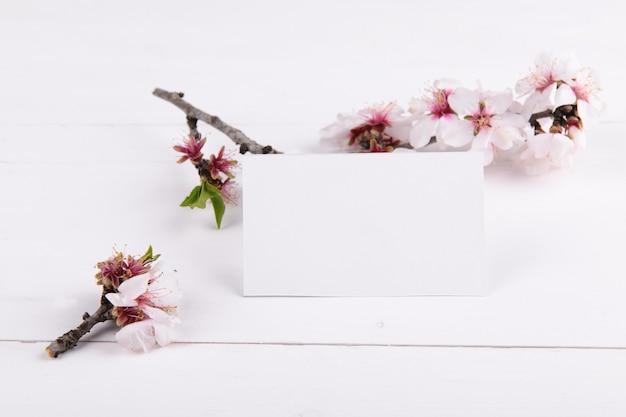Cartão vazio horizontal com galho de árvore de amêndoa florescendo, elemento de design para rsvp de casamento, cartão de agradecimento, cartão de saudação ou convite.