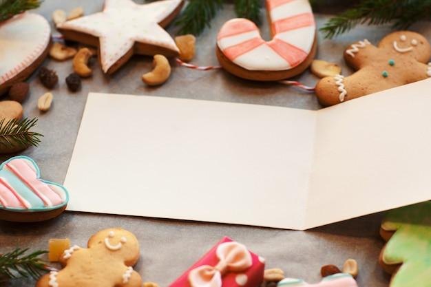 Cartão vazio no quadro de biscoitos de gengibre