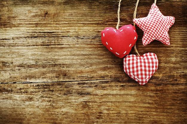 Cartão vintage com corações vermelhos em madeira