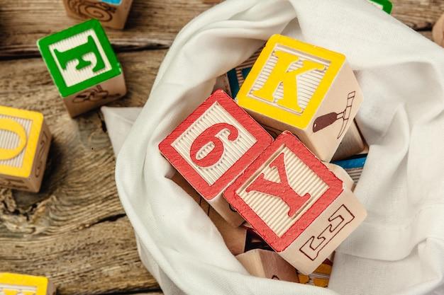 Cartas. cubos de madeira com letras em madeira