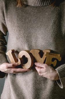 Cartas de amor nas mãos femininas