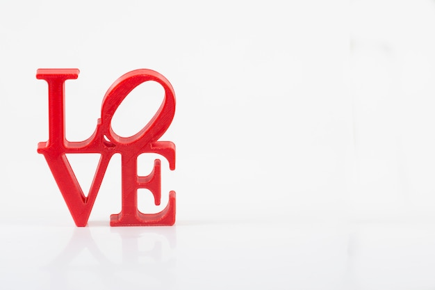 Cartas de amor vermelhas sobre fundo branco, à esquerda