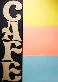 Cartas de café em superfície de papel colorido