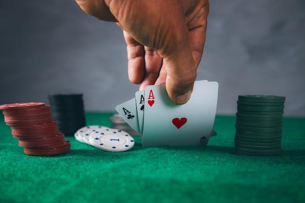 Cartas de homem jogando pôquer na mesa verde