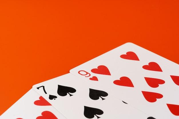 Cartas de jogar em fundo de papel close-up