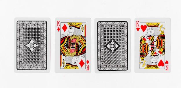 Cartas de jogar king suite de cartão e modelo de fundo branco traseiro