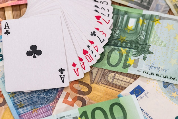 Cartas de jogar no fundo das notas de euro, close-up Foto Premium