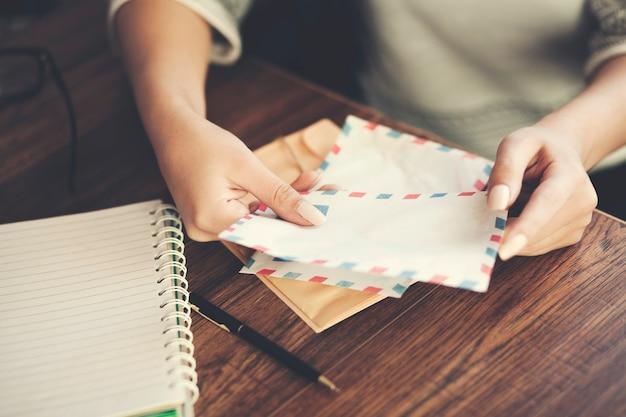 Cartas de mão de mulher