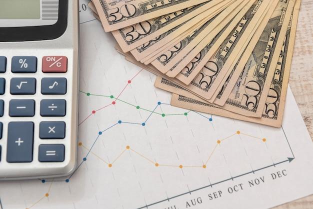 Cartas de negócios, caneta e calculadora do dólar. conceito de análise de dados financeiros