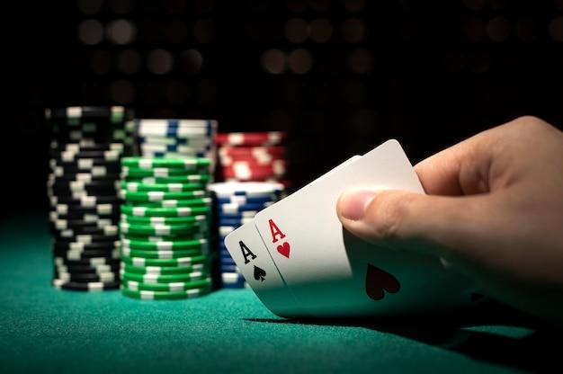 Cartas de poker com fichas