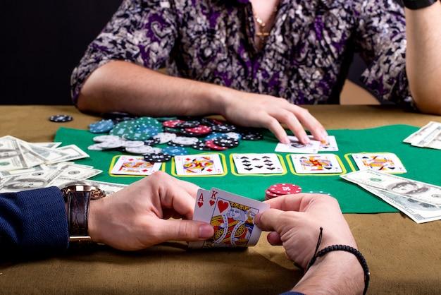 Cartas de poker na frente da mão do jogador