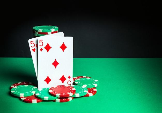 Cartas de pôquer com combinação de um par. close-up de cartas de jogar e fichas no clube de pôquer. espaço publicitário grátis
