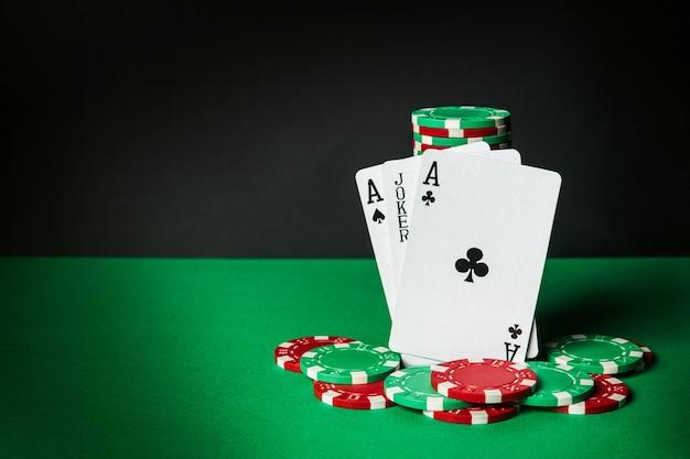 Cartas de pôquer com trinca ou combinação definida. close-up de cartas de jogar e fichas no clube de pôquer. espaço publicitário grátis