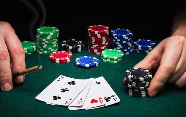 Cartas de pôquer com uma combinação de dois pares em jogo