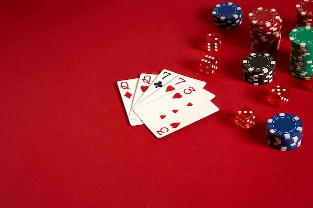 Cartas de pôquer e fichas de jogo em fundo vermelho. vista do topo. copie o espaço. ainda vida. postura plana. 2 pares