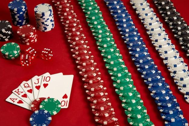 Cartas de pôquer e fichas de jogo em fundo vermelho. vista do topo. copie o espaço. ainda vida. postura plana. rubor real