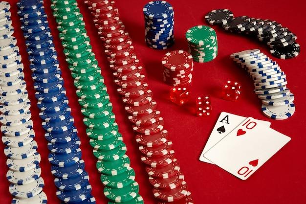 Cartas de pôquer e fichas de jogo em fundo vermelho