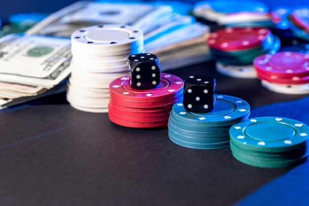 Cartas de pôquer, fichas, dados e dólares