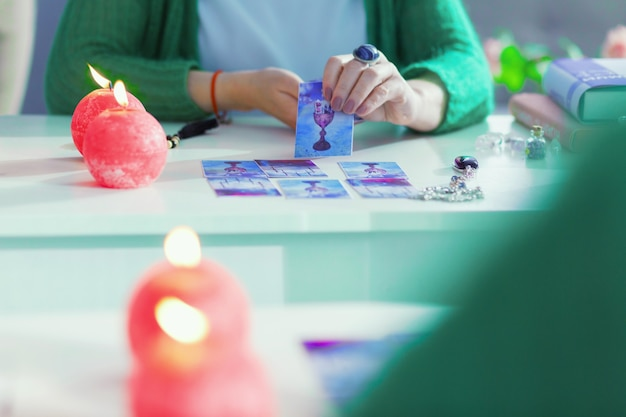 Cartas de tarô mágicas. reflexo no espelho de uma carta de tarô em uso