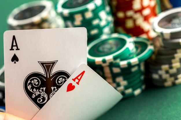 Cartas e fichas para poker na mesa verde