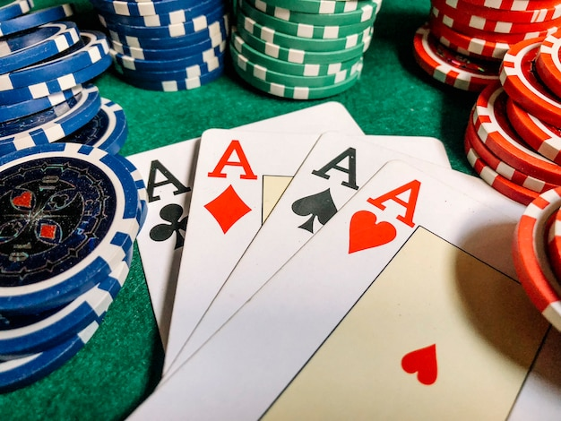 Cartas e fichas poker mesa jogo verde