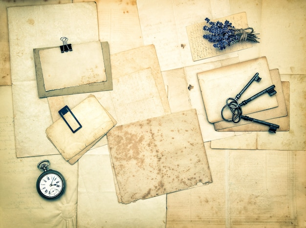 Cartas e fotos antigas, acessórios vintage, chaves, relógio, flores de lavanda. fundo de papel sentimental nostálgico. imagem em tons de estilo retro