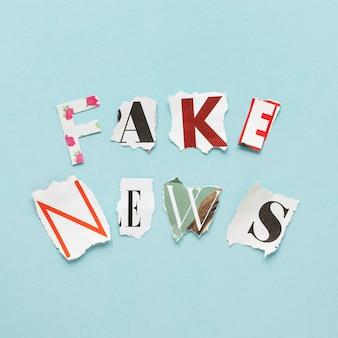 Cartas formando mensagens de notícias falsas