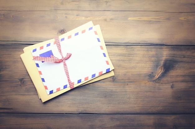 Cartas no fundo da velha mesa de madeira