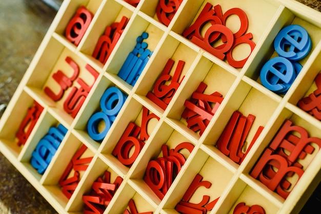 Cartas para aprender a escrever e ler em sua caixa de madeira, sala de aula montessori.