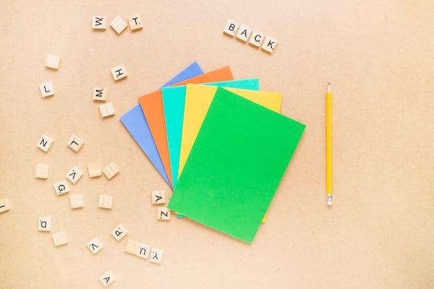 Cartas perto de lápis e papel