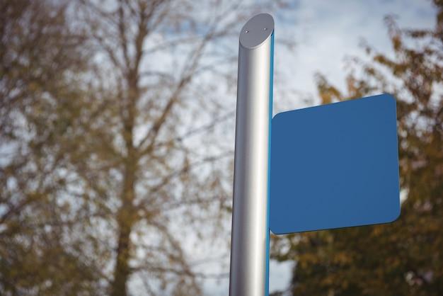 Cartaz azul em branco na rua