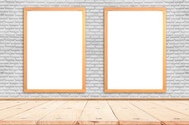 Cartaz branco com o modelo de moldura de madeira na parede de tijolos. brincar.