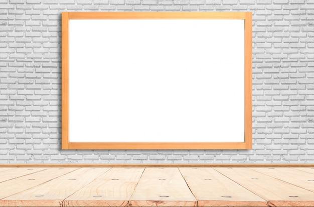 Cartaz branco com o modelo do quadro de madeira na parede de tijolo. brincar.
