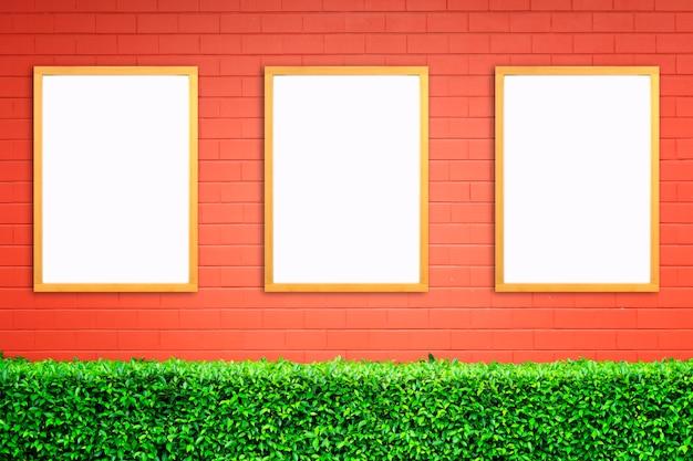 Cartaz branco com o modelo do quadro de madeira na parede de tijolo vermelho. brincar.