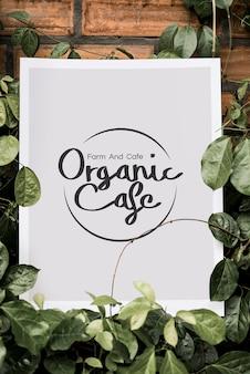 Cartaz branco entre maquete de vegetação