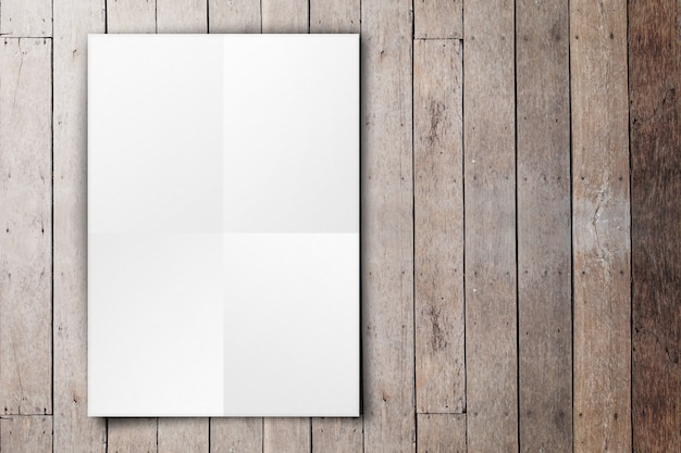 Cartaz branco vazio pendurado na parede de prancha de madeira grunge