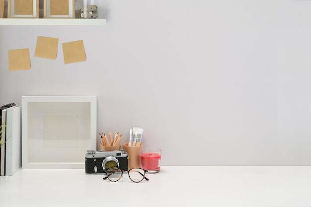 Cartaz de espaço de trabalho elegante minimalista, material de escritório em casa, câmera vintage e espaço de cópia