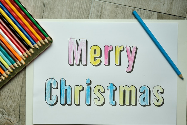 Cartaz de feliz natal colorido por uma criança com giz de cera