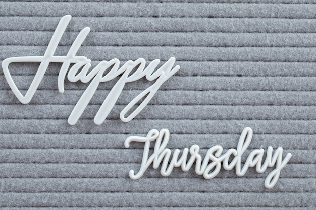 Cartaz de feliz semana escrito com símbolos de letras no tecido cinza