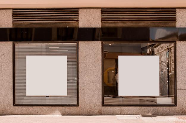 Cartaz de forma quadrada branca na janela